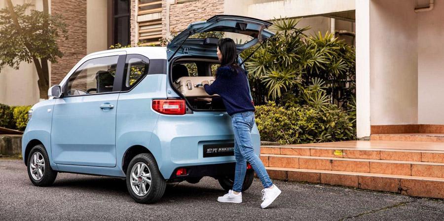 No nos equivocamos: El fenómeno en ventas hoy día en China es un vehículo eléctrico. De este modelo se han comercializado 15 mil unidades en apenas 20 días. Es el más reciente modelo totalmente eléctrico de la marca SAIC-GM-Wuling Automobile, un ultracompacto de cuatro asientos que está en vitrinas desde el pasado 24 de julio.