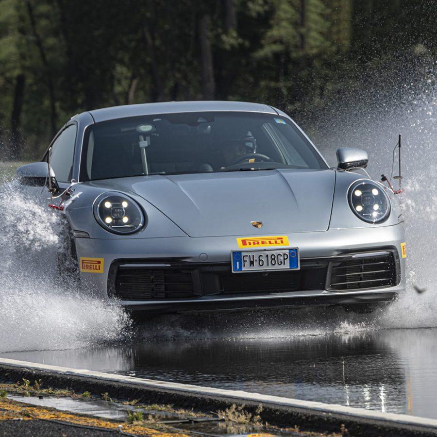 Cómo frenar sobre asfalto mojado 2