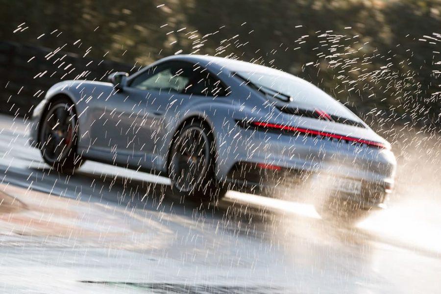 Cómo frenar sobre asfalto mojado 3