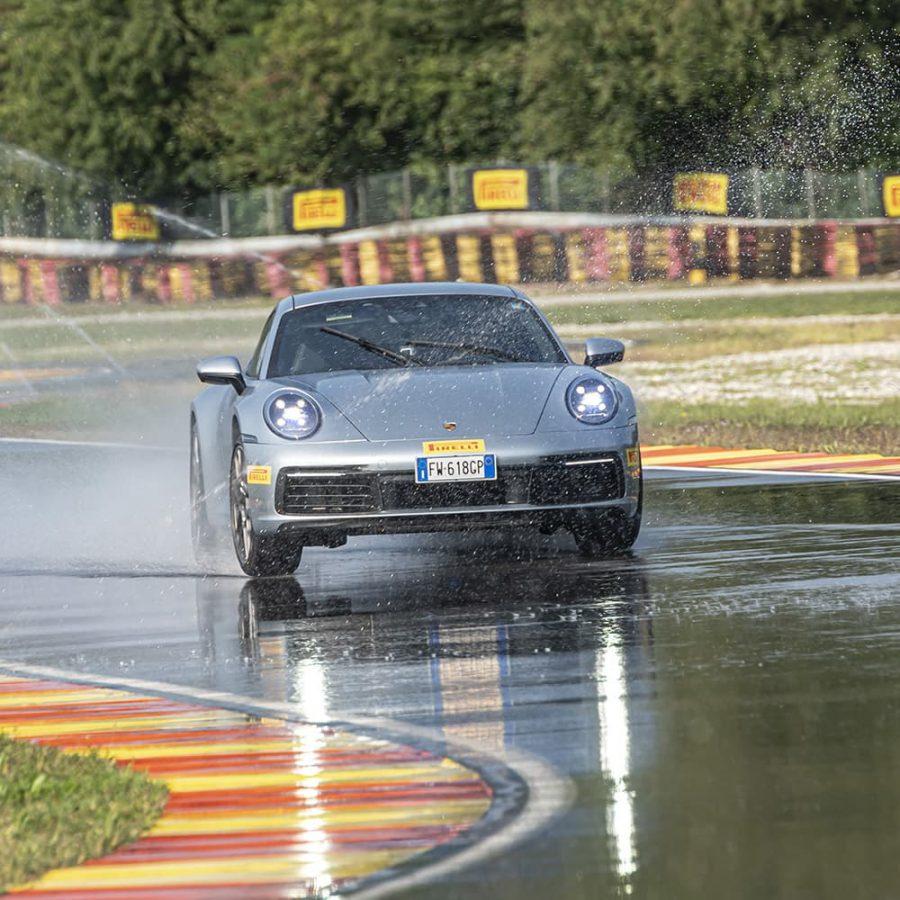 Cómo frenar sobre asfalto mojado 5