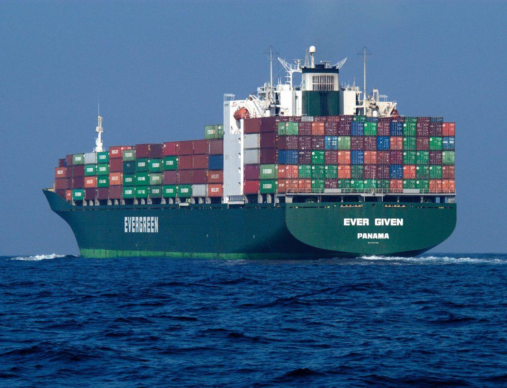 Un barco atravesado afecta la industria mundial 1