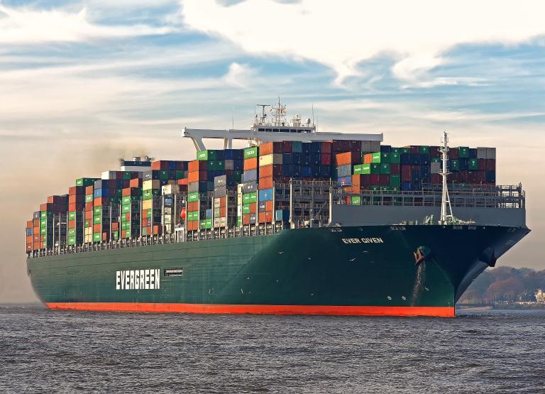 Un barco atravesado afecta la industria mundial 3