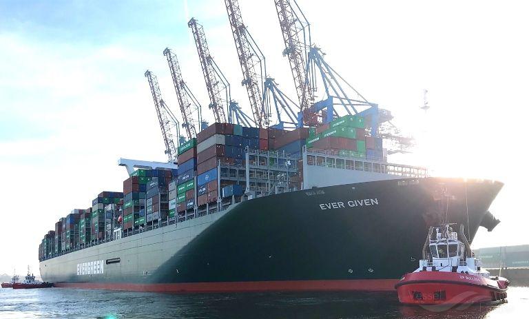 Un barco atravesado afecta la industria mundial 4