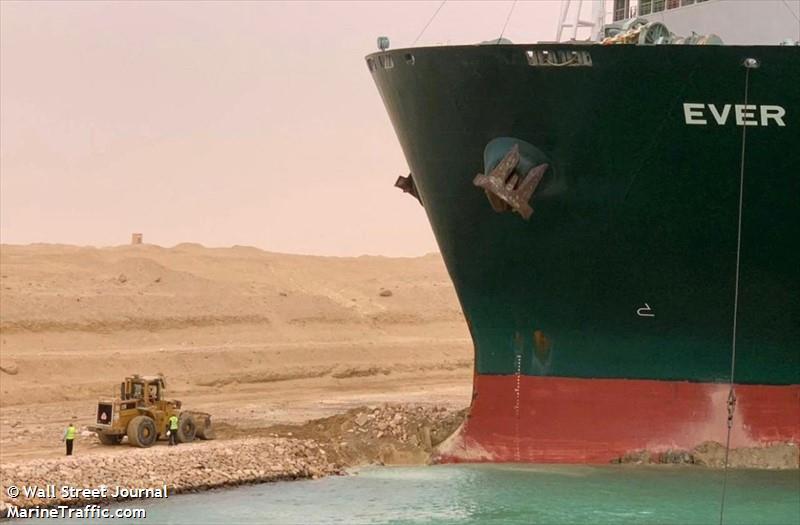 Un barco atravesado afecta la industria mundial 5