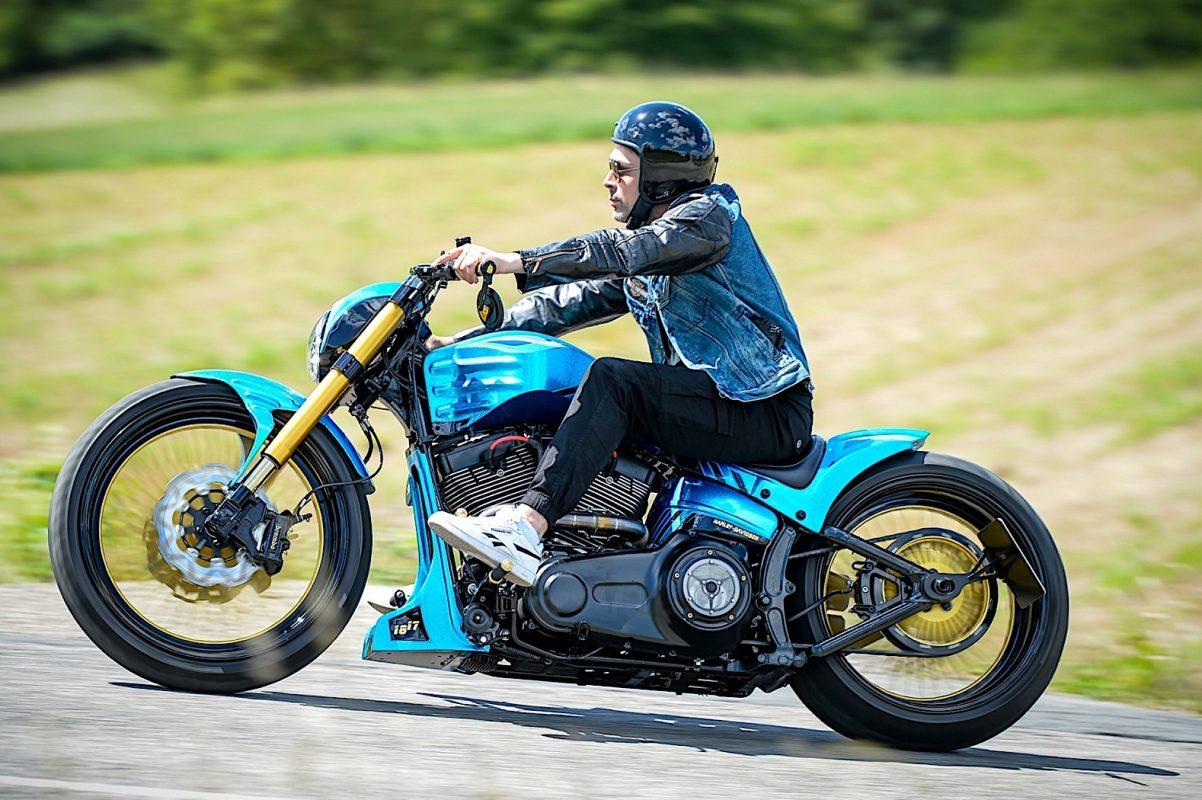 Una Harley azul y oro 3
