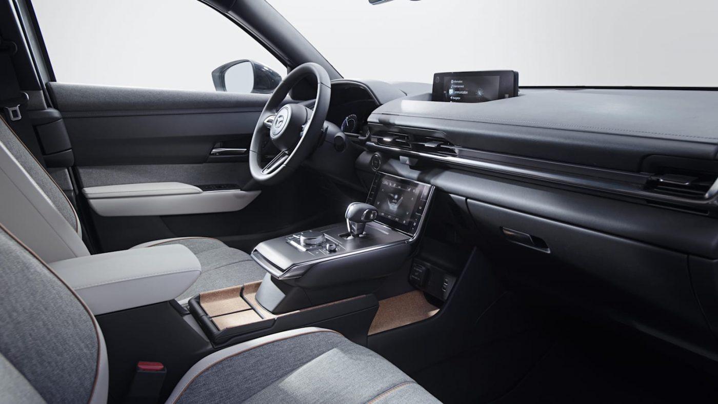 El precio inicial es muy competitivo para un SUV de su tipología (US33.500, unos 120 millones de pesos aproximadamente), y considerando que la marca tiende a equipar sus vehículos con características y materiales que normalmente se encuentran en autos premium.Es la primera incursión de Mazda en los vehículos eléctricos, y se comercializará a un costo menor que el Volkswagen ID.4.Su autonomía con una sola carga será de 100 millas, 160 kms con su batería de iones de litio de 35,5 kWh. Es una cifra muy baja para un vehículo eléctrico en estos días. Incluso el Mini Cooper SE de 182 km o el Nissan Leaf base de 240 km lo superan; un Kona EV y un ID.4 alcanzan un máximo de 420 kilómetros. Mazda, sin embargo, dice que se eligió la batería más pequeña para preservar la dinámica de manejo y minimizar el impacto ambiental.Tener solo 160 kilómetros de autonomía, dicen los expertos, creará una seria ansiedad por el alcance, y eso reducirá la cantidad de personas dispuestas a comprar el MX-30.Mazda entregará de forma gratuita durante los primeros tres años el Connected Services, que permite a los propietarios monitorear sus vehículos a través de una aplicación para teléfonos inteligentes. El software también permite a los propietarios encender y apagar el automóvil a distancia, verificar los niveles de la batería, acceder al sistema de control de clima y bloquear o desbloquear las puertas.Mazda dice que la batería llega al 80% de su carga en 36 minutos con un cargador rápido de 50 kW de nivel 3. Con uno de nivel 2 le tomará 2 horas y 50 minutos, y con uno de nivel 1 hasta 13 horas y 40 minutos. Mazda también ofrece una garantía de ocho años y 160,000 kilómetros para la batería.El MX-30 EV básico viene lleno de funciones. El equipo estándar incluye una pantalla central de 8.8 pulgadas con conectividad Apple CarPlay y Android Auto. Características de lujo como asientos delanteros con calefacción, volante y selector de marchas forrados en cuero, techo corredizo eléctrico, espejos el